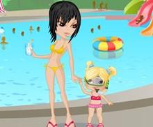 Anne ve Kızı Havuzda